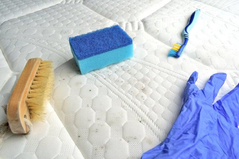 Elimina las manchas y los malos olores de tu colchón con estas soluciones caseras