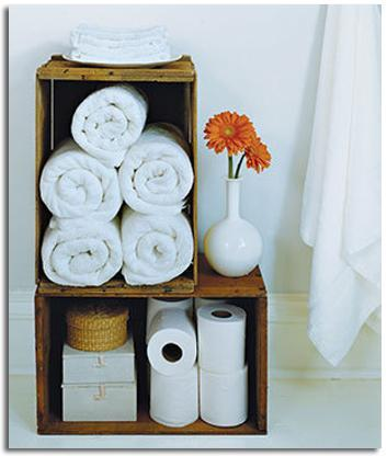 une dos cajones de fruta pntalos y ubcalos en el bao para organizar las toallas los productos de aseo y algn elemento decorativo