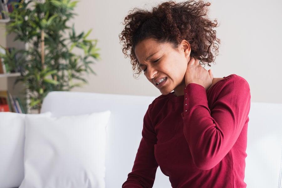 El dolor de cuello puede ser consecuencia del sedentarismo.