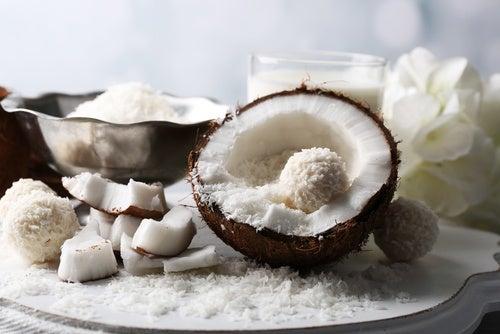 El coco: cómo utilizar el agua, preparar leche y cocinar la pulpa