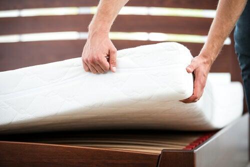Hombre que a alimpiar el colchón