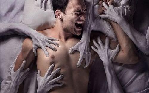 Hombre atrapado entre manos