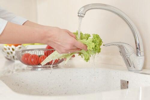 lavar la ensalada
