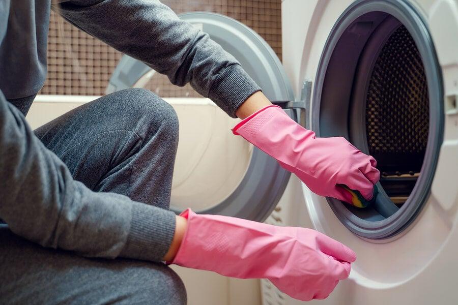 Un truco eficaz para quitar el moho de la goma de la lavadora