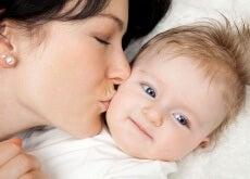 madre-dando-un-beso-a-su-hijo
