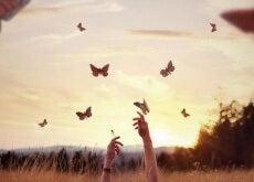 manos-alcazando-mariposas-e1455365534937