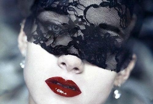 mujer-con-mascara-negra
