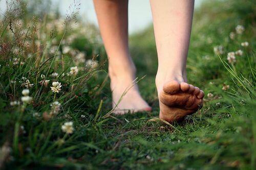 mujer-descalza-andando-libre
