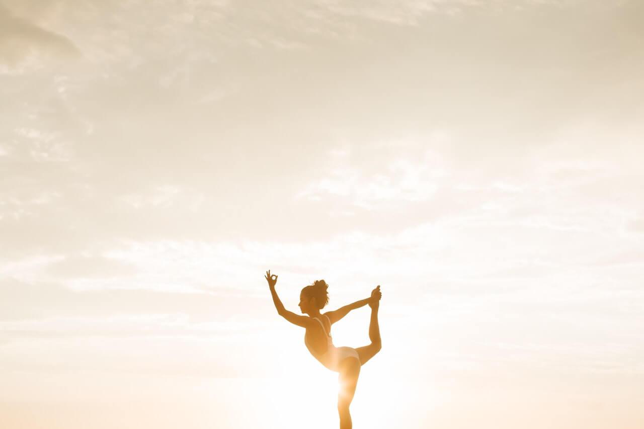 Mujer haciendo yoga para obtener sus beneficios emocionales.