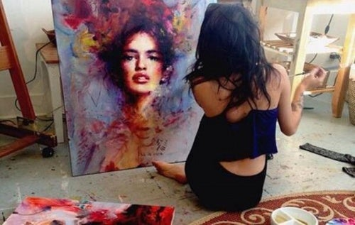 Mujer pintando un retrato