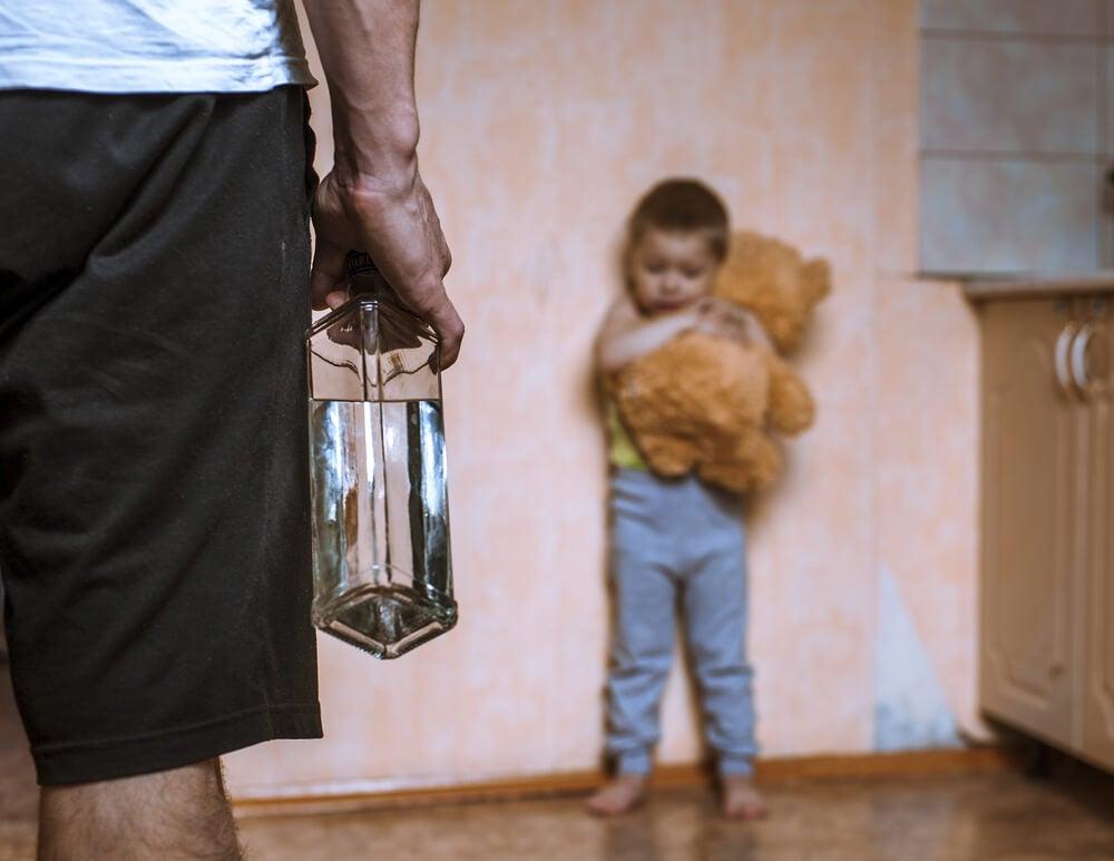 Niño maltratado por un padre alcohólico