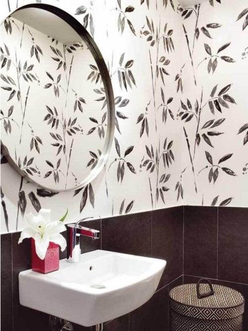 Decorar el baño con papel pintado