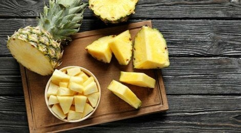 La piña es un alimento rico en agua y fibra.