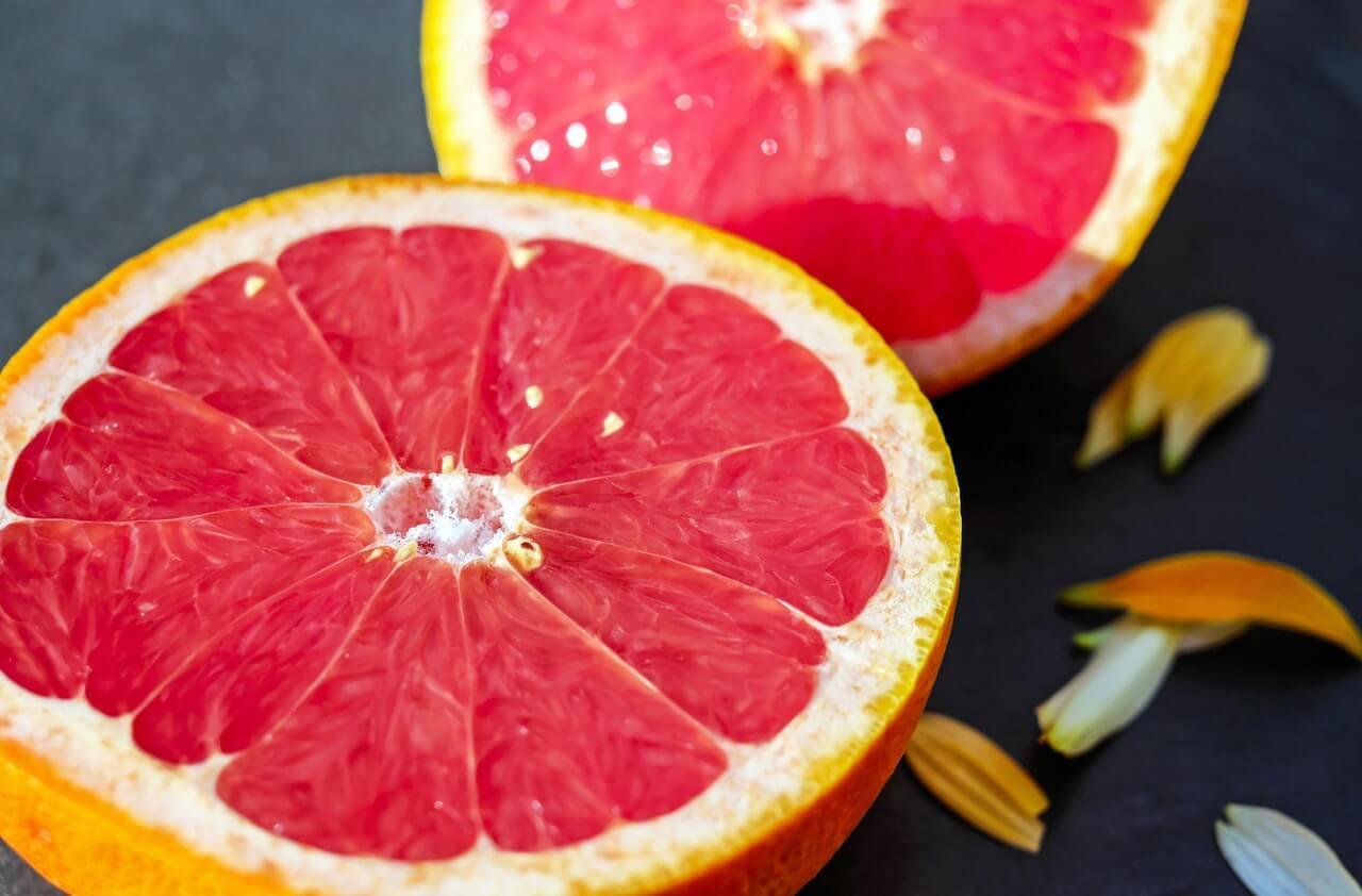Pomelo rojo fresco