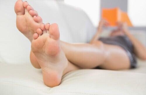 razones por las que te huelen los pies