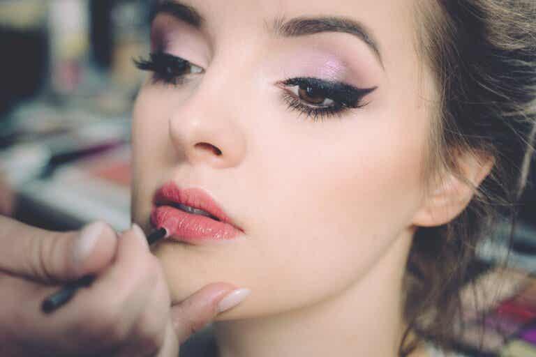 8 trucos cosméticos para disimular la apariencia de los párpados caídos