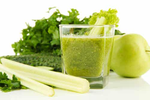Jugo de apio y manzana verde para depurar los riñones