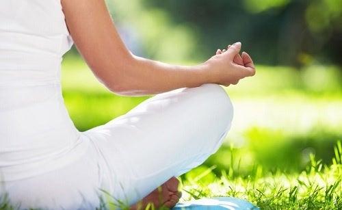 mujer relajándose para lidiar con la ansiedad
