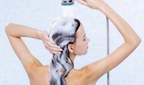 El óleo etérico para los bulbos de los cabello