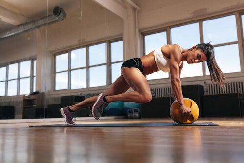 Mujer haciendo flexiones en el gimnasio