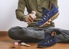 Hombre limpiando zapatos