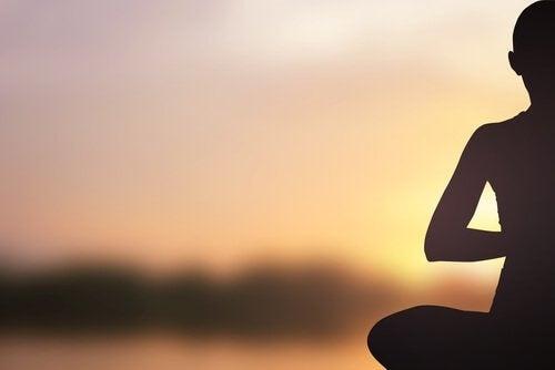 Hombre-sentado-meditando-1