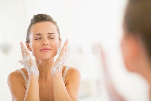 Lava tu rostro dos veces al día con el jabón para pieles grasas