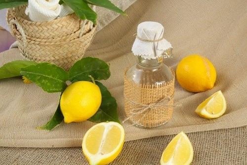 Limpiador casero de limón para las cortinas del baño