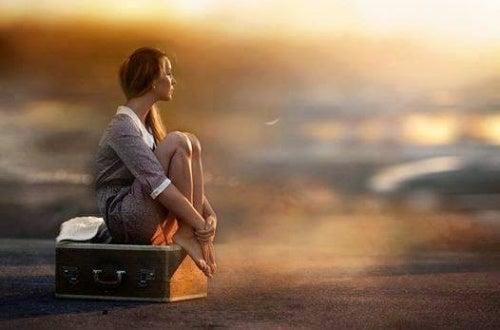mujer-con-maleta-espera