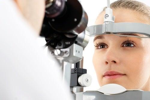 Mujer sometiéndose a un análisis ocular