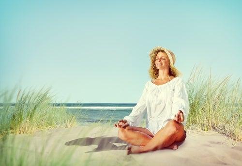 mujer en la playa que aprende a combatir la ansiedad