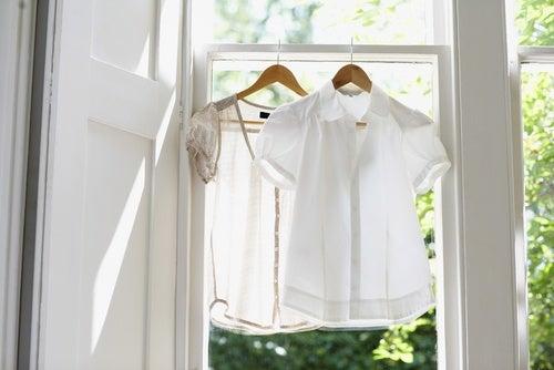 Tender la ropa dentro de la casa