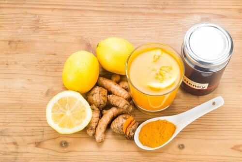 Cómo preparar una bebida antiinflamatoria y anticancerígena con cúrcuma