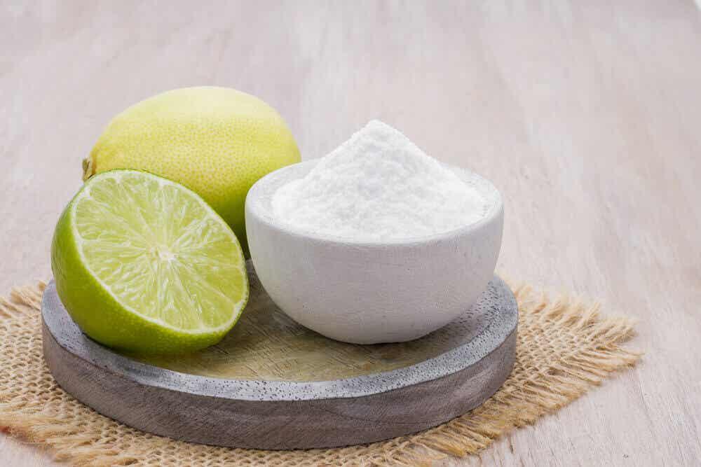 Limón y bicarbonato de sodio para la limpieza del hogar.