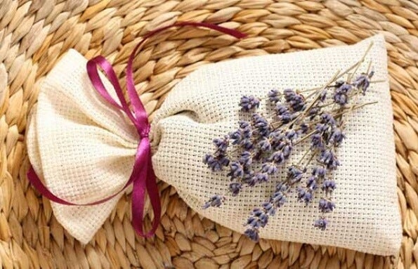 Cómo hacer bolsitas aromáticas que combaten la humedad de los armarios