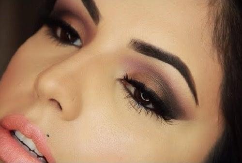 Mujer con cejas perfectas.