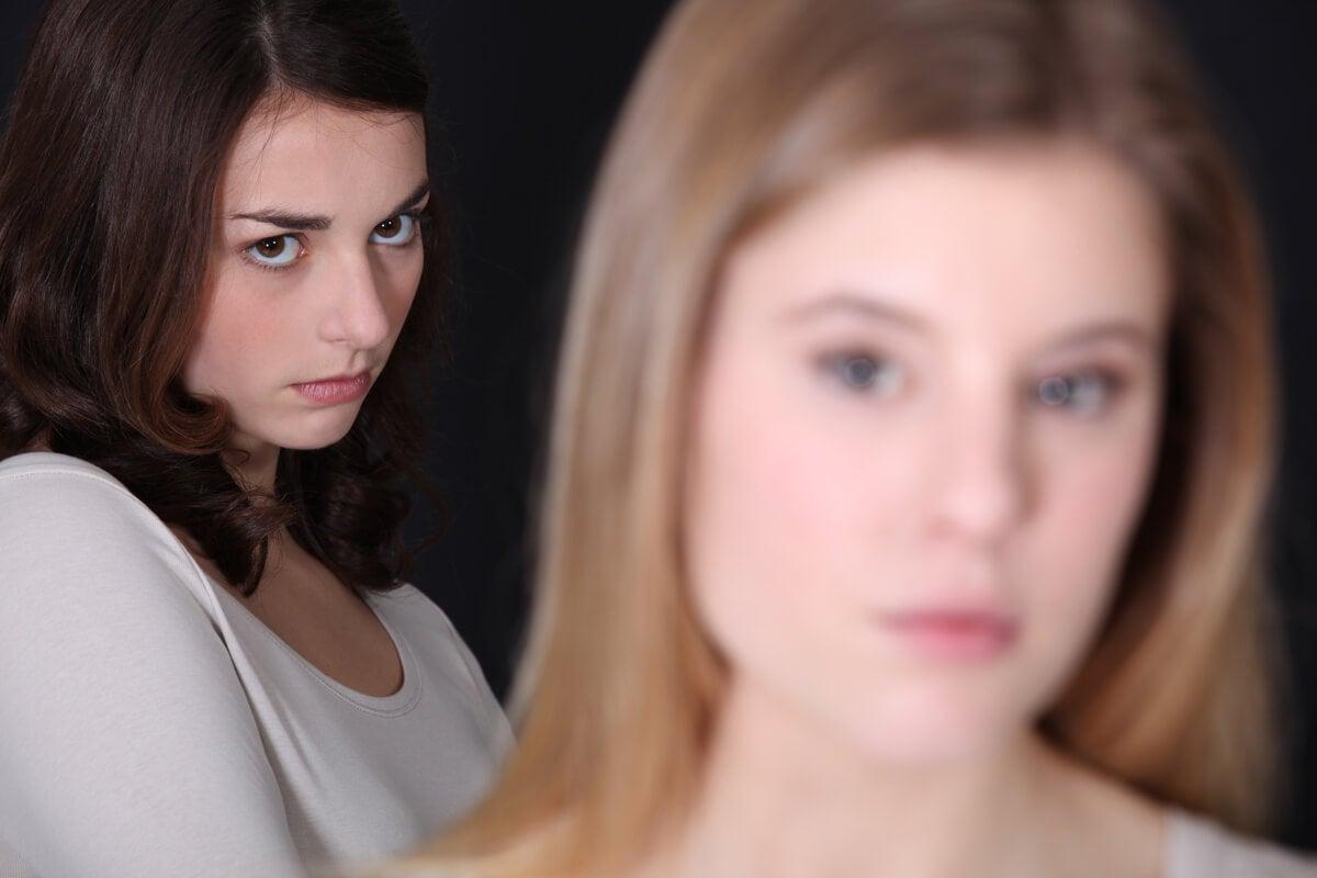 Chica con rencor hacia su amiga