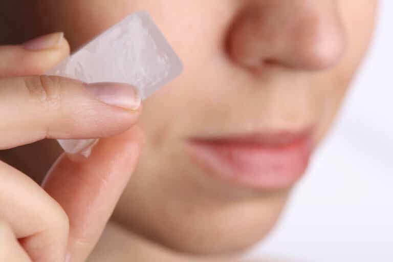 Un truco para mejorar la piel usando cubitos de hielo