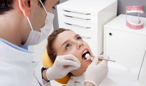 Odontólogo realizando un cuidado bucal a un niño.