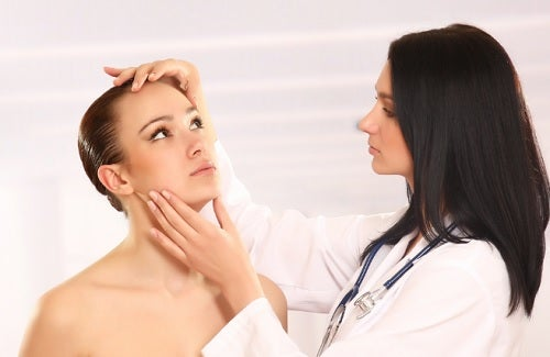 Médica observando la piel de una paciente