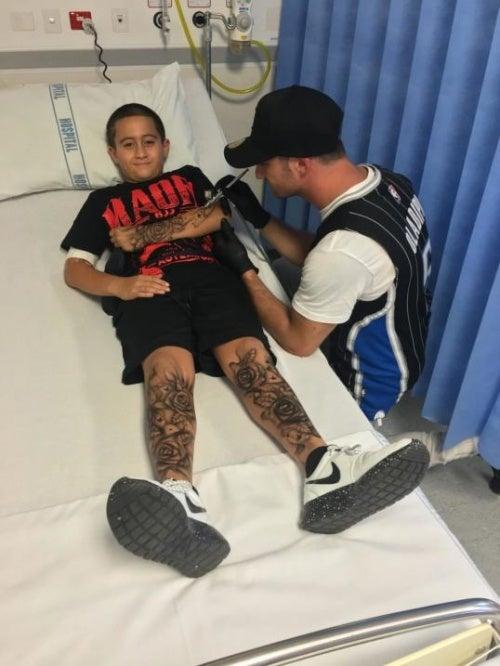 Benjamin Lloyd haciendo tatuajes a niño enfermo