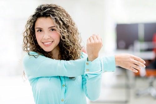 7 ejercicios de estiramiento para hacer en la oficina