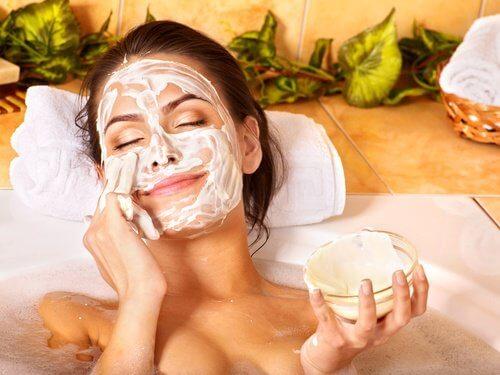 Mujer aplicando un exfoliante a su cara