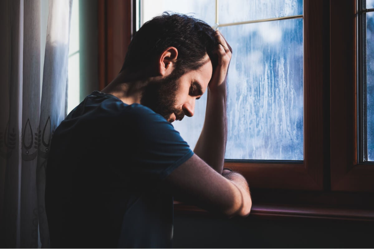 Hombre con sentimiento de culpa