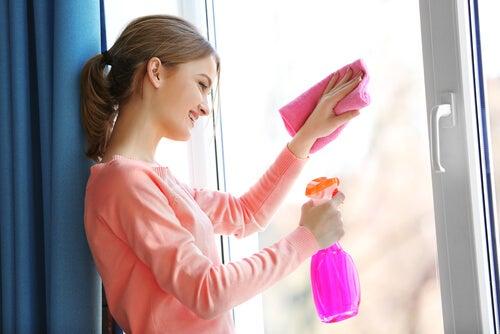 Limpiar cristales con agua oxigenada.