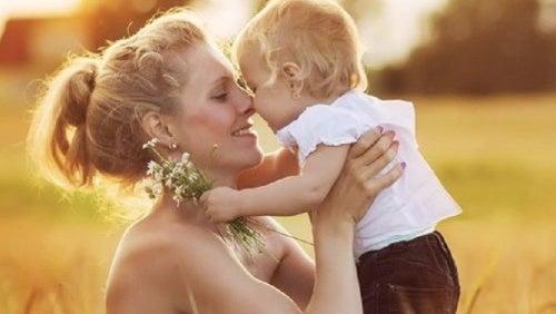 madre-cuiando-con-amor
