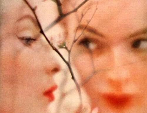 Mujer mirándose fijamente en el espejo