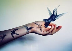 mano-con-colibrí