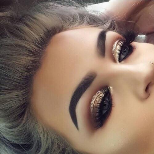 Mujer con maquillaje exagerado.