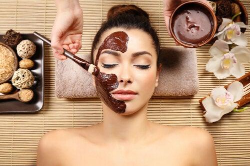 Cómo preparar una mascarilla de chocolate y miel para hidratar el rostro